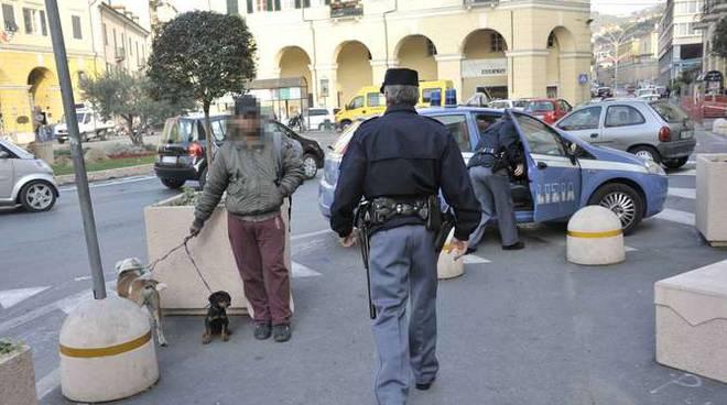 arrestato-imperia-barbone-accattonaggio-cani-polizia-125193.660x368